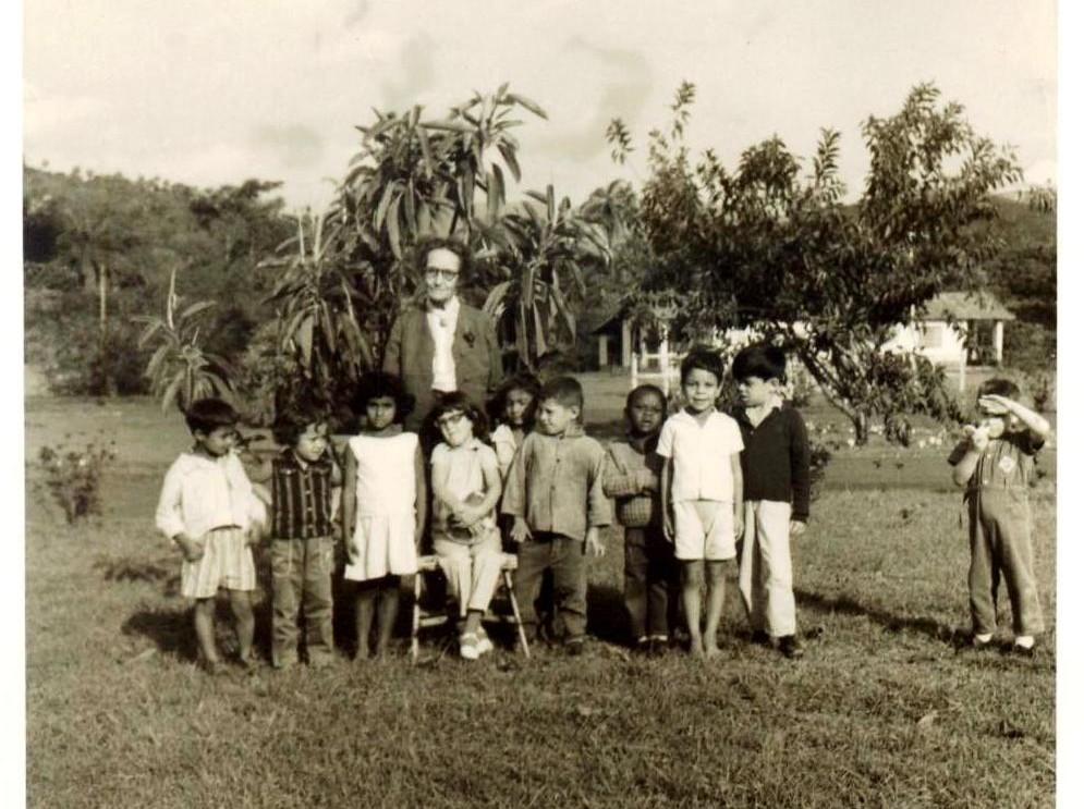 Helena Antipoff e alunos do complexo educacional Fazenda do Rosário